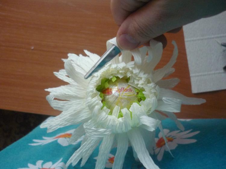 Хризантема из бумаги гофрированной бумаги своими руками